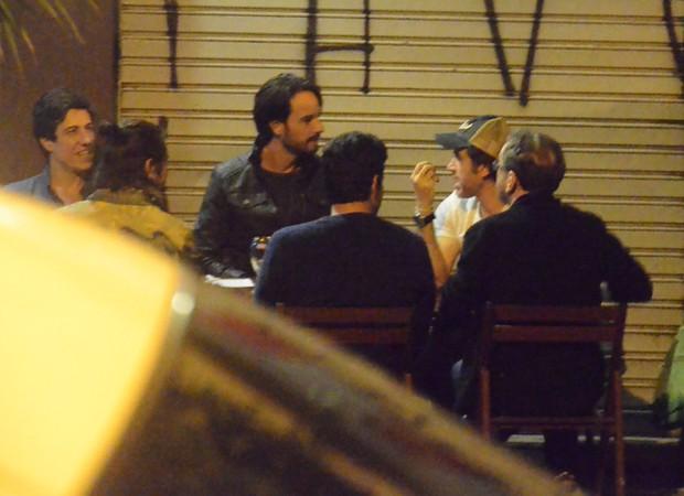 Rodrigo Santoro se reúne com amigos no Baixo Gávea (Foto: AgNews)