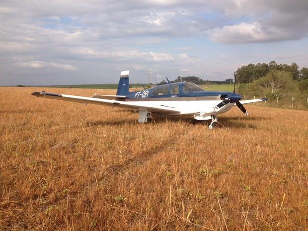 Falha mecânica obrigou piloto a fazer um pouso forçado em Cruz Alta, RS (Foto: Larissa Fraga/RBS TV)