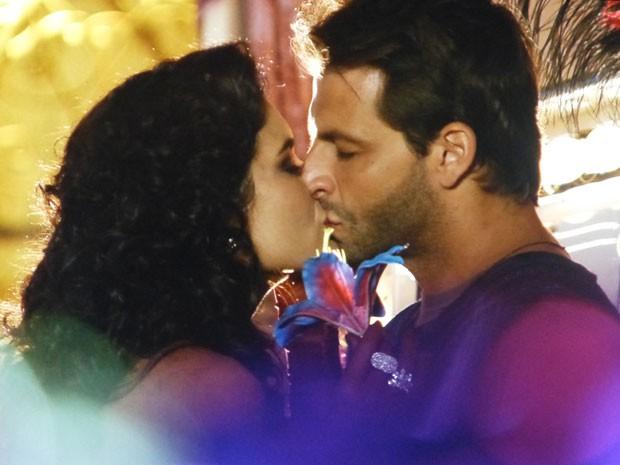 Cassiano é pego de surpreso com um beijo de Cristal (Foto: Flor do Caribe/TV Globo)
