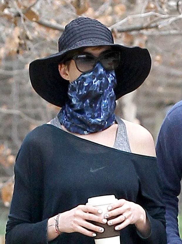 Anne Hathaway usa lenço para esconder o rosto dos paparazzi (Foto: Grosby Group)