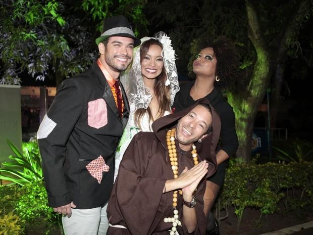 Sidney Sampaio e Carol Nakamura com Adriana Bombom e David Santiago em festa julina no Rio (Foto: Isac Luz/ EGO)