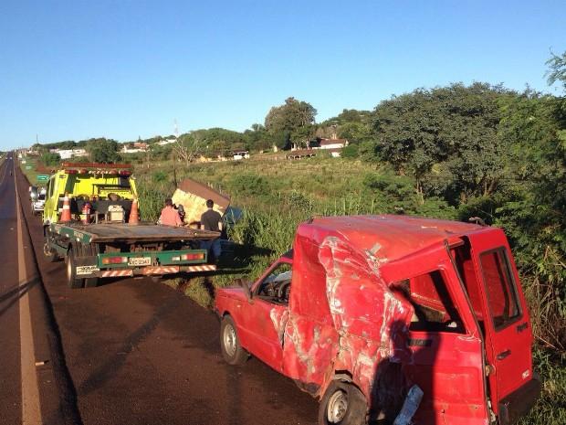 Em outra batida, uma carreta foi parar em um barranco às margens da rodovia após bater em um carro; ninguém ficou ferido (Foto: Caio Vasques / RPC)