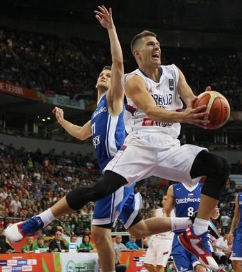 Sérvia passou pela República Tcheca e garantiu presença na final do grupo de Belgrado (Foto: Divulgação / Fiba)