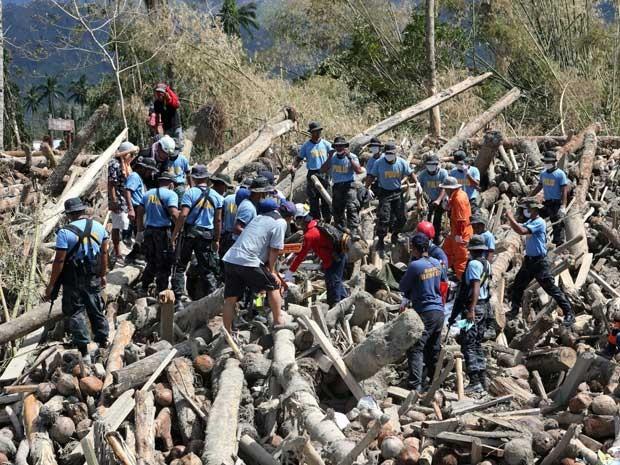 Equipes de resgate procuram sobreviventes numa região devastada pela tormenta. (Foto: Leonito Navales / Polícia Nacional das Filipinas / Via AP Photo)