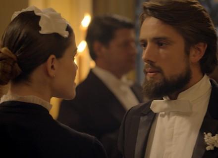 Felipe provoca Lívia durante festa no casarão