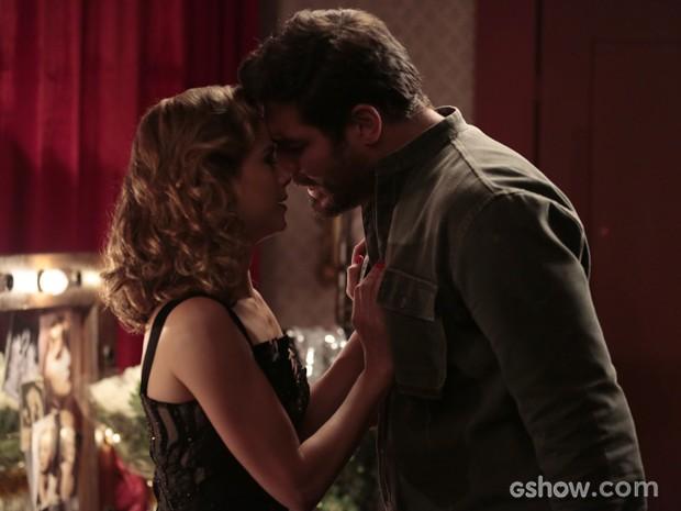 Recaída? Após show, Hilda e Toni se beijam (Foto: Felipe Monteiro/TV Globo)