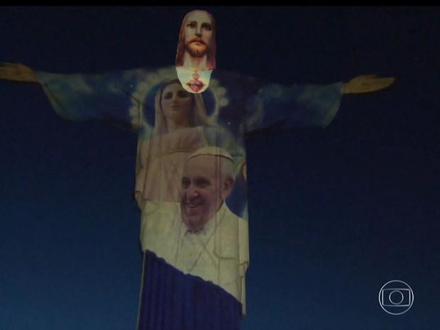 Imagem do papa Francisco foi projetada no Cristo em evento natalino (Foto: Reprodução / Globo)