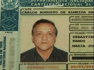 Carlos Cachoeira tem carteira de habilitação apreendida após blitz, em GO (Foto: Reprodução/ TV Anhanguera)