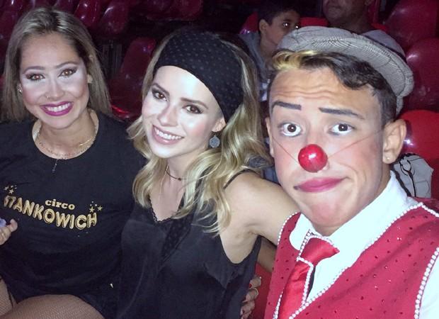 Sandy posa com palhaços em Campinas (Foto: AgNews)