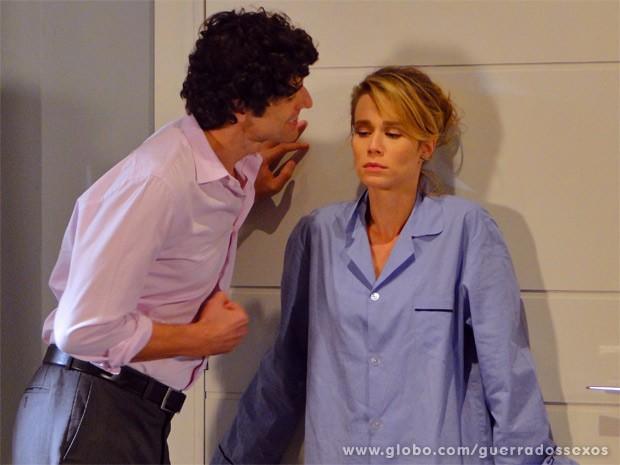 Ju tem crise de ciúmes e tenta impedir Nando de sair do quarto (Foto: Guerra dos Sexos / TV Globo)