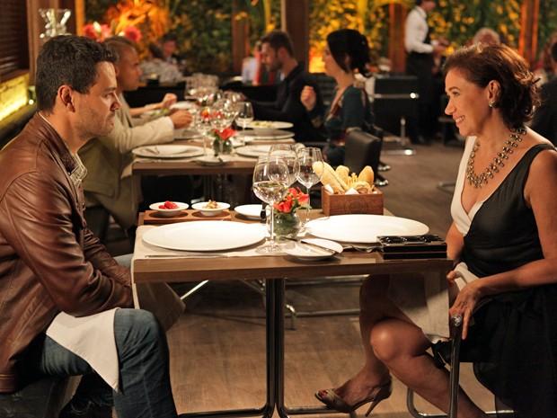 Maurílio e Marta se divertem durante o jantar  (Foto: Pedro Curi/TV Globo)