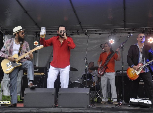 No palco Rock Street dedicado às bandas locais, a Cafajeste Rock Club movimentou o público (Foto: Roger Santmor/RPC)