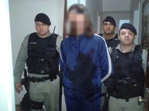 Homem é preso por policiais militares após matar síndico do prédio (Foto: Divulgação/BM)