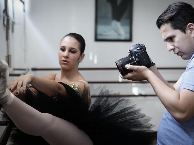 Houve gravação de momentos da adoelscente no balé para compor a 'retrospectiva da vida' (Foto: Caio Kenji/G1)