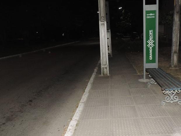 Muitas paradas de ônibus não têm iluminação ou segurança e ficam em locais desertos (Foto: Marina Barbosa / G1)