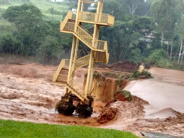 Enxurrada destruiu parte da barragem do Parque Ecológico Daisaku Ikeda, e uma erosão foi aberta (Foto: Junior Evangelista/RPC)