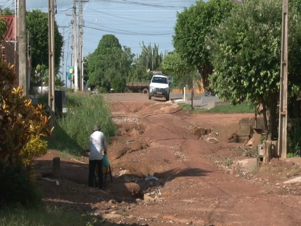 A rua necessita de reparos em várias parte. Moradores e motoristas pedem ação da Prefeitura de Cacoal. (Foto: Rogério Aderbal/G1)