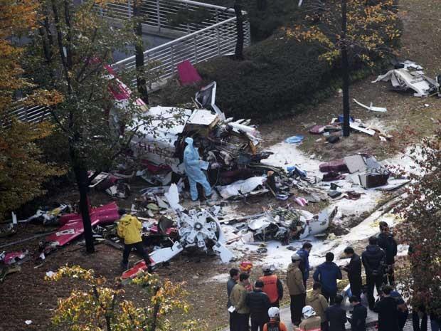 Destroços de helicóptero que colidiu com um prédio em Seul, matando seus dois ocupantes. (Foto: Chung Bit-na / Yonhap / AP Photo)