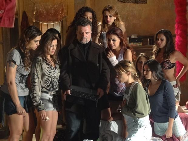 Russo ameaça as garotas e mostra fotos de familiares  (Foto: Salve Jorge/TV Globo)