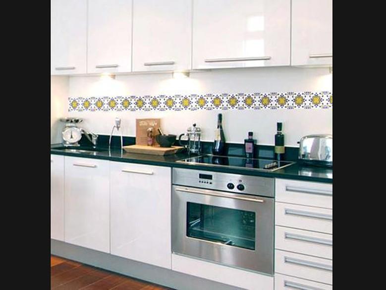Cozinha e banheiro de cara nova use adesivos de azulejo  Casa  GNT # Adesivo Para Azulejo De Cozinha Pode Molhar