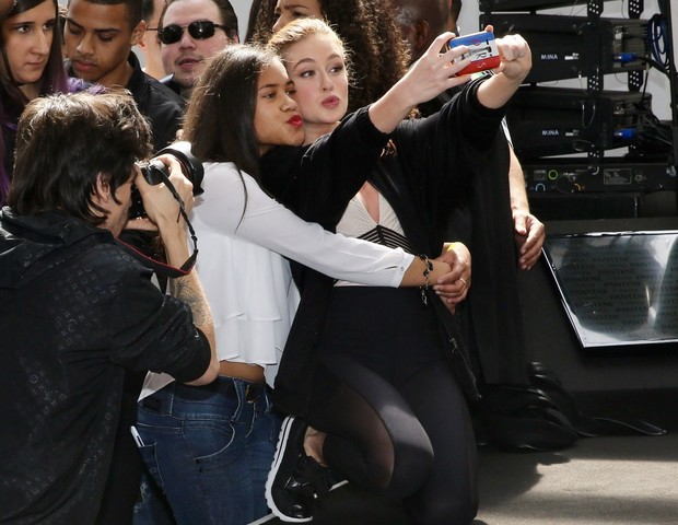 Marina Ruy Barbosa faz selfie com fã (Foto: Manuela Scarpa/Brazil News)