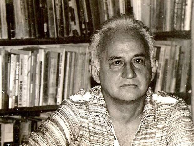 Raimundo Jinkings em foto da década de 1980, com uma estante de livros ao fundo.  (Foto: Leila Jinkings / Arquivo Pessoal)