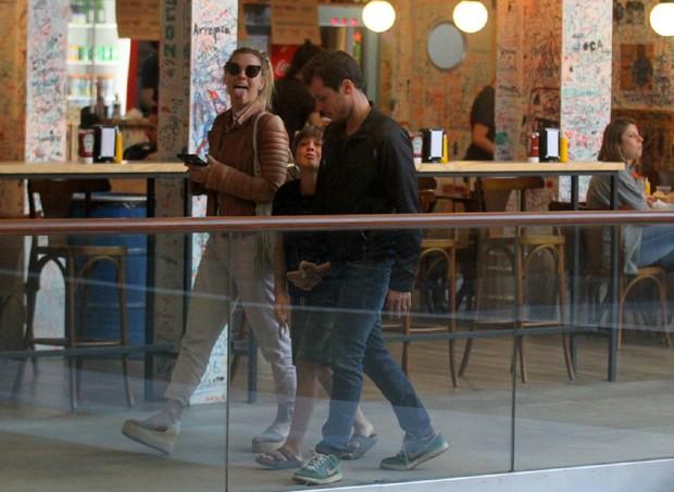 Carolina Dieckmann mostrando a língua para fotógrafo no Rio  (Foto: AgNews)