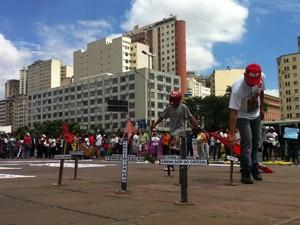 Cruzes negras feitas em madeira relembraram vítimas da violência. (Foto: Luiza Andrade/ G1)