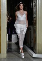 Kendall Jenner exibe barriga chapada na Semana de moda de Milão
