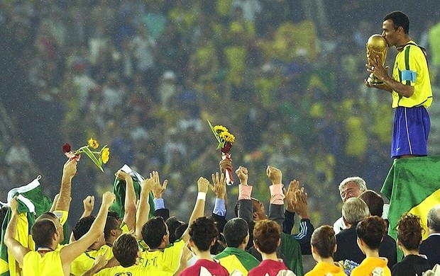 Cafu com a taça da Copa do Mundo 2002 (Foto: Getty Images)