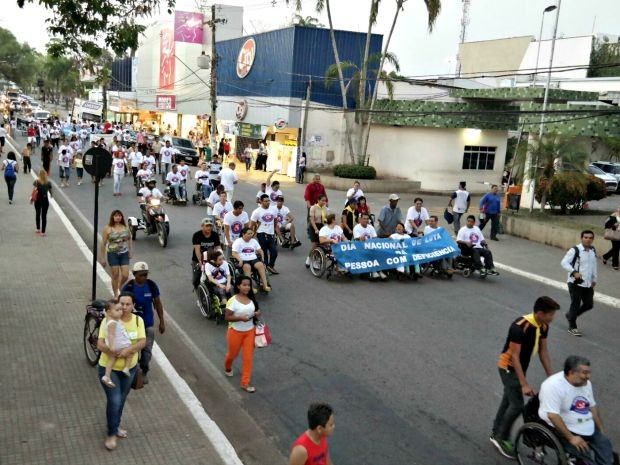 Deficientes físicos e familiares percorreram ruas do Centro de Rio Branco pedindo mais acessibilidade (Foto: Danilo Ferreira/Arquivo pessoal)