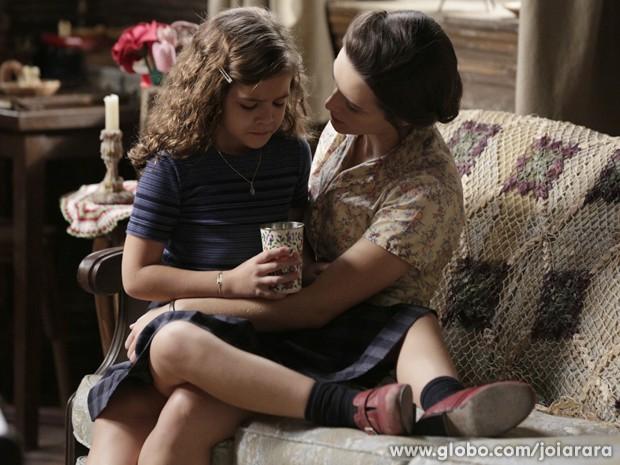 Amélia tenta consolar a filha, mas Pérola insiste que teve uma visão (Foto: Fábio Rocha/ TV Globo)
