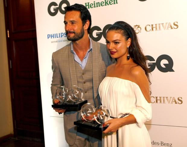 (Foto: Rodrigo Santoro e Isis Valverde posam com seus prêmios em mãos na noite do GQ Men of The Year 2012, no Rio de Janeiro (Foto: Leo Lemos/GQ))