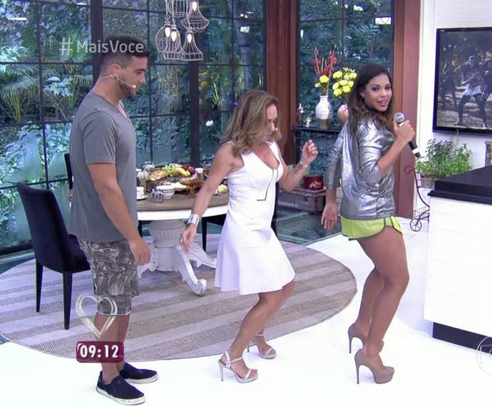 Tays Reis ensina André Marques e Cissa GUimarães a dançar coreografia de 'Metralhadora' (Foto: TV Globo)