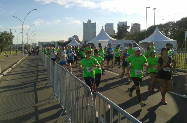 Centenas de pessoas participaram da corrida em Porto Alegre (Foto: Carlos Angelo/RBS TV)