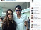 Neymar faz foto com fã e internautas 'encontram' Marquezine ao fundo