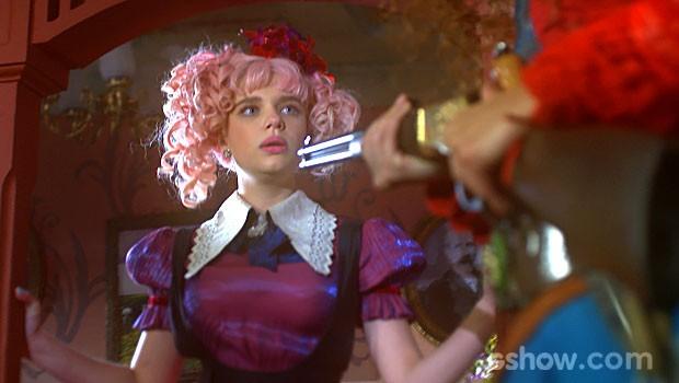 Juliana não se intimida com a arma na mão da amiga (Foto: Meu Pedacinho de Chão/TV Globo)