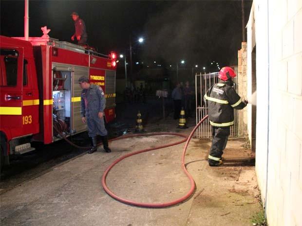 Corpo de Bombeiros conseguiu controlar as chamas no local (Foto: Jéssica Balbino/ G1)