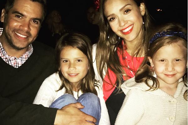 A atriz Jessica Alba com as filhas e o marido (Foto: Instagram)