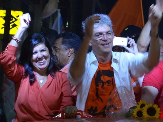 Lígia Feliciano comemora a vitória ao lado de Ricardo Coutinho (Foto: Krystine Carneiro/G1)