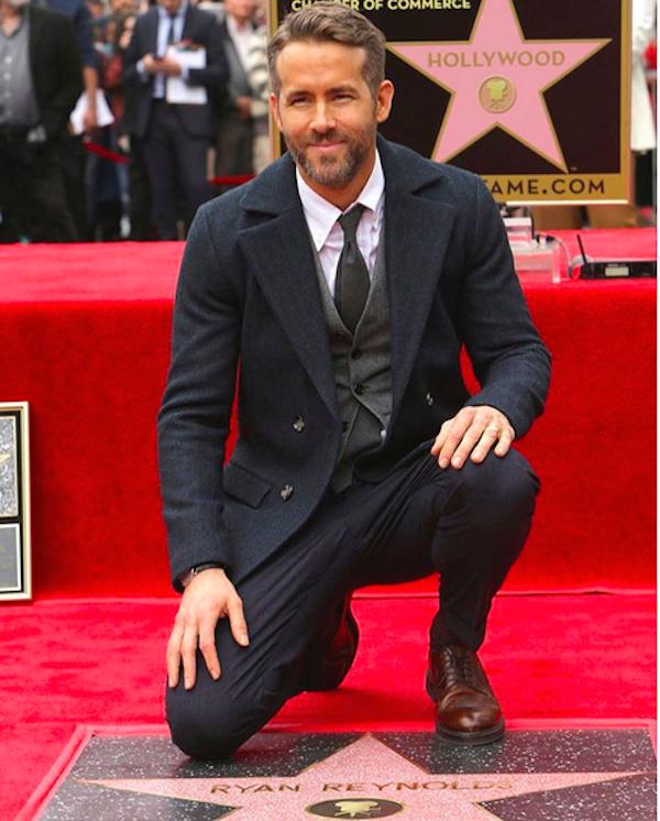 O ator Ryan Reynolds próximo à sua estrela na calçada da fama (Foto: Instagram)