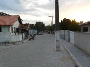 Poste está no meio da rua Pedro Gonçalves há pelo menos nove meses, segundo Secretário de Infraestrutura de Imbituba. (Foto: Tadeu Brasiliense/VC no G1)