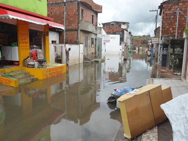Nível da água baixa, mas algumas ruas continuam alagadas no loteamento Largo da Aparecida (Foto: Tássio Andrade/G1)