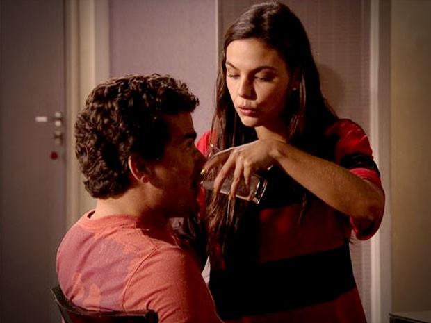 Suelen investe pesado na preparação de Leandro (Foto: Avenida Brasil/TV Globo)