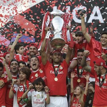 Luisão ergue o troféu do Campeonato Português ao lado de Julio César (Foto: EFE/EPA/ANTONIO COTRIM)