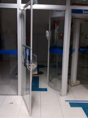 Agência bancária foi arrombada neste domingo (6) em Cachoeirinha (RS) (Foto: Brigada Militar/Divulgação)