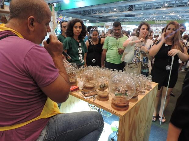 Artesão descreve como faz para fazer suas esculturas em palitos de fósforo (Foto: Moema França/G1)