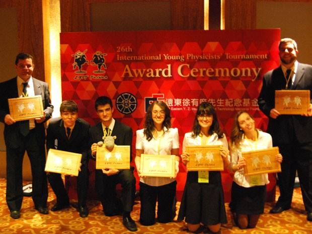 Delegação brasileira com cinco estudantes ficou em sétimo lugar na competição em Taiwan (Foto: Divulgação )