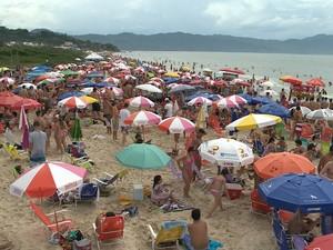 Em Florianópolis, disputa por espaço na faixa de areia também foi grande (Foto: Reprodução/RBS TV)