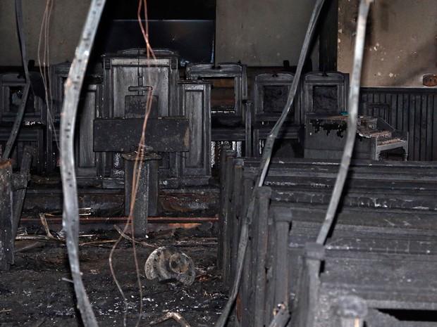 Cabos pendurados do teto são vistos após incêndio na Igreja Batista Missionária Hopewell, em Greenville, Mississippi, na quarta (2) (Foto: AP Photo/Rogelio V. Solis)